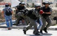قوات العدو الإسرائيلي تشن حملة مداهمات واعتقالات في الضفة الغربية .