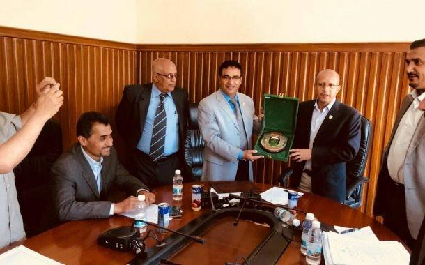 جامعة إب تمنح عميد مركز التطوير درعها من الدرجة الأولى .