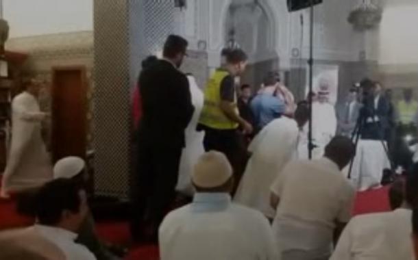 شاهد بالفيديو : ناشطون يحرجون عبد الرحمن السديس ويدفعونه للهرب من مسجد في جنيف.