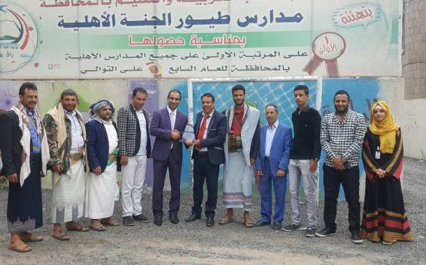 مدارس طيور الجنة تمنح درعها للتربوي الشاعر الكبير عبدالقادر البناء .
