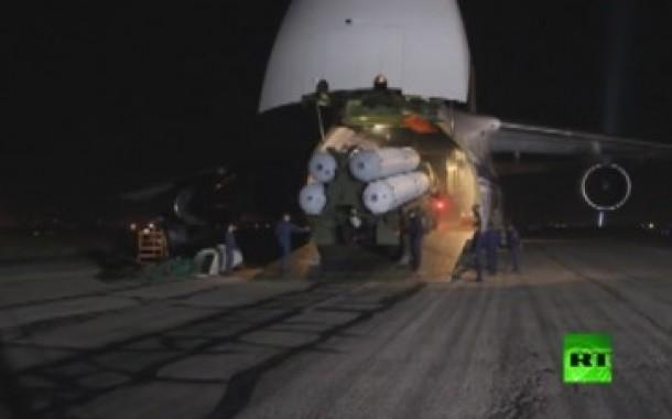 """بالفيديو : لحظة وصول """"إس-300"""" إلى الأرض السورية.. بعد عجر إسرائيل وحلفائها عن منعها ."""