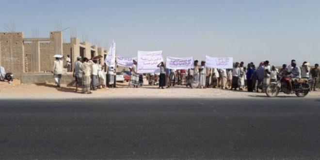 قوات اماراتية محتلة تعتقل 60 صياداً يمنياً وتقتادهم الى السجن